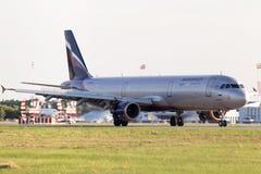 苏航-在跑道的俄国航空公司空中客车A321-211航行器着陆 库存图片