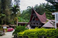 苏门答腊,印度尼西亚- 16个SEPTEMBE 2017年:种族传统Batak议院在苏门答腊印度尼西亚Toba湖  库存照片