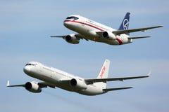 苏霍伊超音速喷气飞机100与图波列夫显示的97004 Tu204SM 64150一起在MAKS-2011 airshow在Zhukovsky 免版税库存图片
