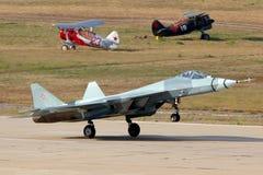 苏霍伊T-50 PAK-FA 052蓝色原型是新的喷气式歼击机显示在100年俄国空军周年在Zhukovsky 图库摄影