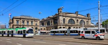 苏黎世主要火车站的大厦,交通在前面 库存图片