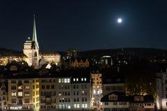苏黎世在大厦的市在与满月shinging的夜之前和光 免版税库存图片