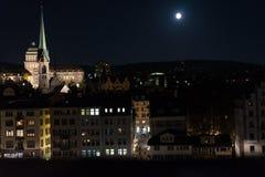 苏黎世在大厦的市在与满月shinging的夜之前和光 免版税图库摄影