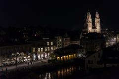 苏黎世瑞士历史的市中心在与光的夜之前 免版税库存照片