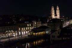 苏黎世瑞士历史的市中心在与光的夜之前 库存照片