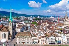 苏黎世老镇都市风景从Grossmunster的 库存图片