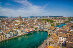 苏黎世与河利马特河的市中心从Grossmunster教会,瑞士 免版税库存图片
