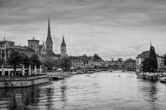 苏黎世与Fraumunster教会的市中心和利马特河劈裂, Swit 免版税库存照片