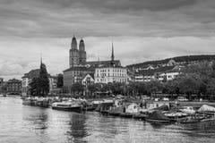 苏黎世与Grossmunster教会的市中心和利马特河劈裂, Swi 免版税库存图片