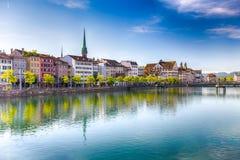 苏黎世和天鹅的历史的市中心有著名Fraumunster教会的在河利马特河在一个晴天,瑞士的 库存照片