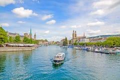 苏黎世和Grossmunster、Fraumunster和Sankt彼得,在利马特河的巡航船 免版税图库摄影