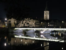 苏黎世在利马特河的夜之前 免版税库存照片