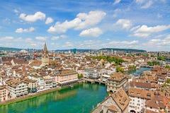 苏黎世市内贫民区/街市,圣皮特圣徒・彼得教会和城镇厅-往桥梁Rathausbrucke的鸟瞰图 库存照片