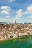 苏黎世市内贫民区/街市,圣皮特圣徒・彼得教会和城镇厅-往桥梁Rathausbrucke的鸟瞰图 库存图片