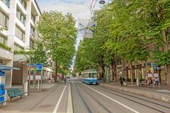 苏黎世有电车和旗子的购物街道Bahnhofstrasse 免版税库存照片