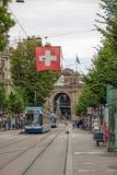 苏黎世有电车和瑞士人旗子的购物街道Bahnhofstrasse 免版税库存照片