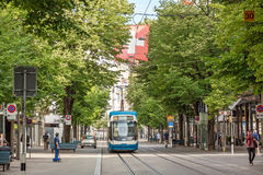 苏黎世有电车和瑞士人旗子的购物街道Bahnhofstrasse 免版税库存图片