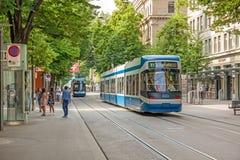 苏黎世有电车和瑞士人旗子的购物街道Bahnhofstrasse 库存照片