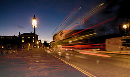 苏黎世河夜场面,在苏黎世中央驻地前面 免版税库存照片