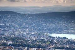 苏黎世老镇五颜六色的空中都市风景有湖的苏黎世 免版税库存图片