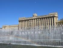苏维埃房子和在喷泉的一条彩虹-行政大厦在莫斯科广场在圣彼德堡胜利天 免版税库存照片
