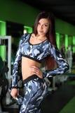 苗条女孩改正在健身房的图 训练在图的更正健身房 库存照片