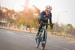 年轻苗条妇女自行车在公园 免版税库存照片