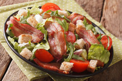 莴苣关闭的油煎的烟肉、蕃茄、油煎方型小面包片和混合沙拉  库存照片