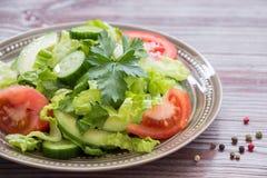 莴苣,蕃茄,黄瓜,午餐的鲕梨沙拉 免版税图库摄影