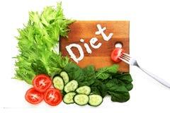 莴苣frize,菠菜,蕃茄,词饮食,书面mascarpone,酸性稀奶油 叉子用切片蕃茄 在白色 标志  免版税图库摄影