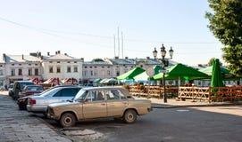 若夫克瓦,利沃夫州地区,乌克兰- 2016年8月13日 夏天咖啡馆和停车处汽车在中央Vicheva Veche集市广场在su 库存照片