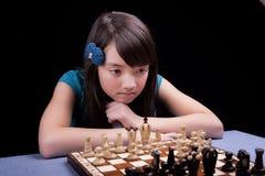 若有所思的下象棋者。 免版税库存图片