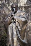 若望保禄二世雕象在巴黎,法国 图库摄影