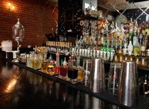 苦味健胃药和注入在酒吧柜台 免版税库存图片