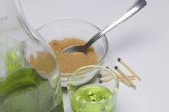 苦艾是绿色的 在瓶和涌入玻璃 饮料的焦糖化的灼烧的糖的红糖和比赛 免版税库存图片
