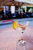 苦艾酒鸡尾酒用在玻璃的柠檬 库存照片