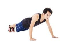 年轻英俊人做增加锻炼 免版税库存照片