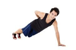 年轻英俊人做增加锻炼 免版税库存图片