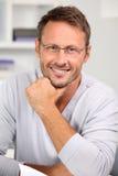 英俊人纵向微笑 免版税库存图片