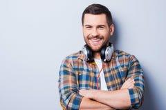 英俊在耳机 免版税库存图片