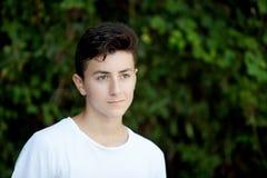 英俊棕色毛发青少年 库存照片