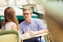 英俊白肤金发在与女朋友的论述 免版税图库摄影