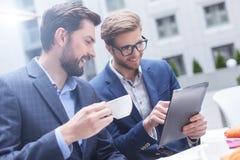 英俊的两个商人开一次会议在咖啡馆 库存图片