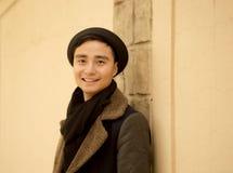 英俊的亚裔人在秋天公园微笑 库存图片