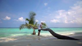 英俊的人享受在一个离开的热带海滩的一个假期 股票视频