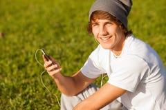 年轻英俊的人咨询的电话户外 库存照片