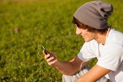 年轻英俊的人咨询的电话户外 库存图片