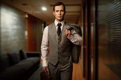 英俊的人在旅馆里 免版税库存照片