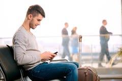 英俊的人在机场 免版税库存图片