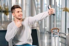 英俊的人在机场 图库摄影